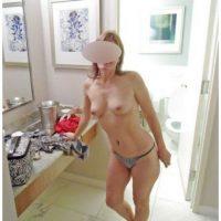 Tête-à-tête intime avec une cougar sexy avec de petits seins