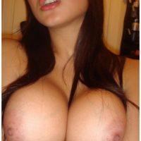 Femme fatale vietnamienne aux gros seins énormes de cougar