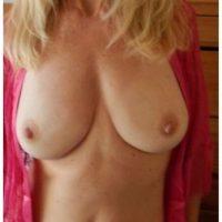 Jolie blonde mature impatiente de se faire une soirée baise